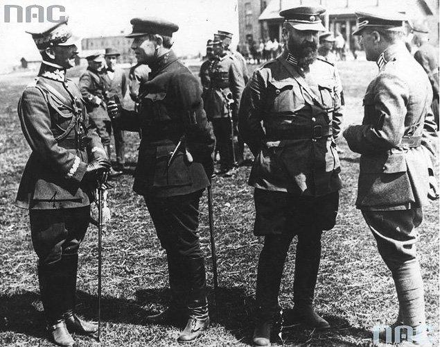 Gen. Antoni Listowski (pierwszy zlewej) podczas rozmowy zatamanem Semenem Petlurą (drugi zlewej). Fotografia zkwietnia 1920 r. fot. NAC