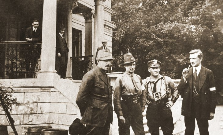 Grupa oficerów polskich podczas III powstania śląskiego przed pałacem w Slawentzitz (Sławięcice). Na pierwszym planie stoją od prawej: kapitan Leon Bulowski, kapitan Robert Oszek (2. z prawej), kapitan Jan Chodźko, porucznik Jan Kowalewski