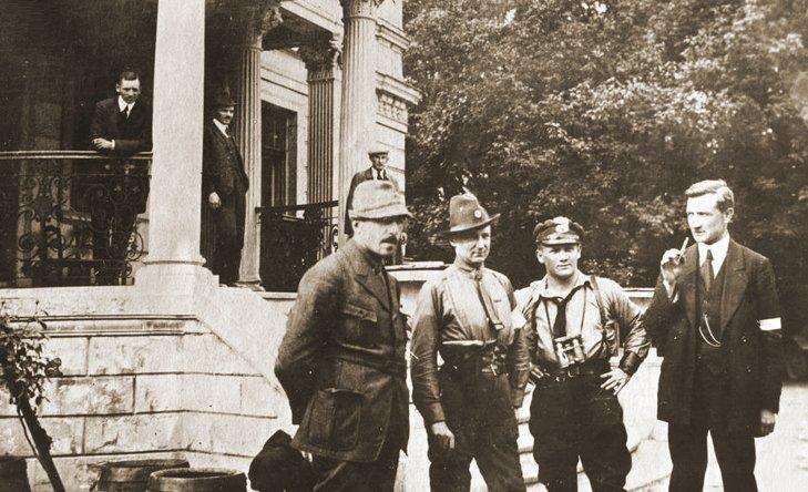 Grupa oficerów polskich podczas IIIpowstania śląskiego przed pałacem wSlawentzitz (Sławięcice). Napierwszym planie stoją od prawej: kapitan Leon Bulowski, kapitan Robert Oszek (2. zprawej), kapitan Jan Chodźko, porucznik Jan Kowalewski