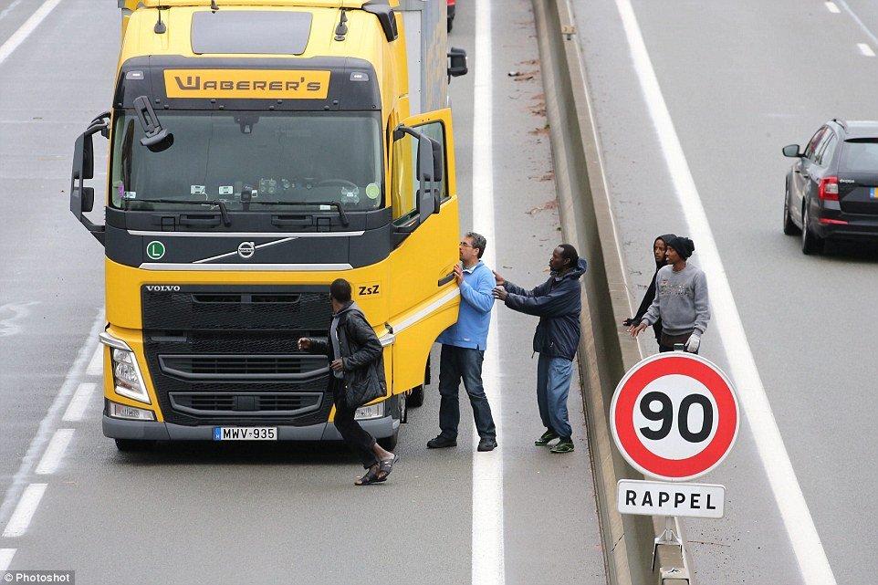 imigranci napadają na ciężarówki