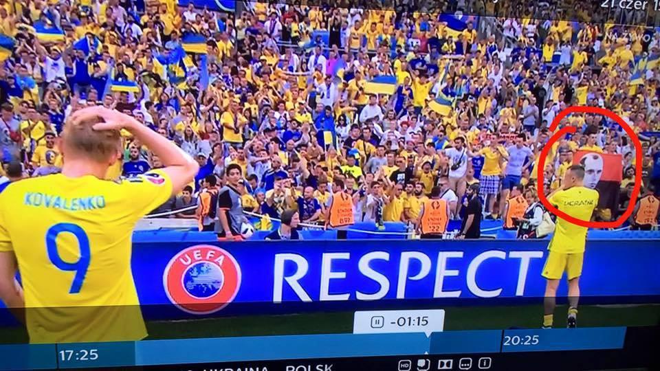 Flaga UPA na meczu z Polską