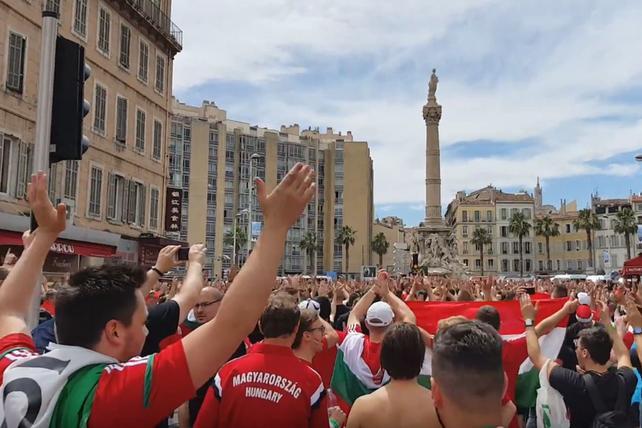 Węgierscy kibice skandują Polska