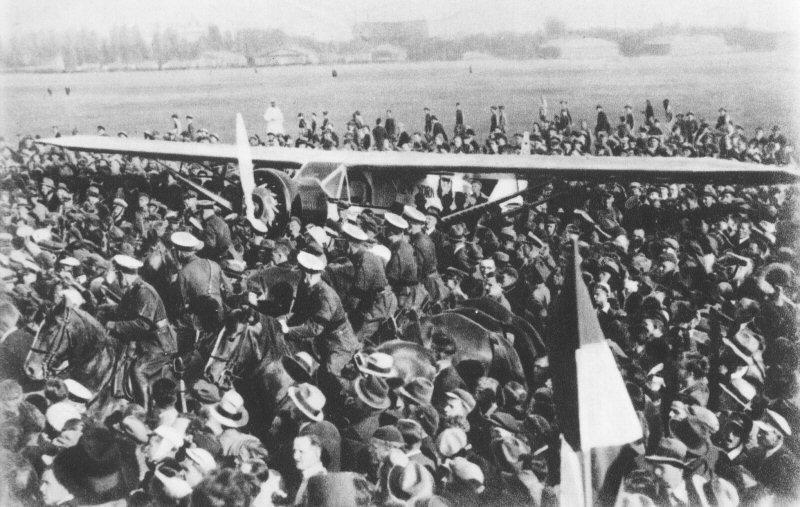 Po przybyciu na lotnisku w Warszawie, 2 lipca 1934