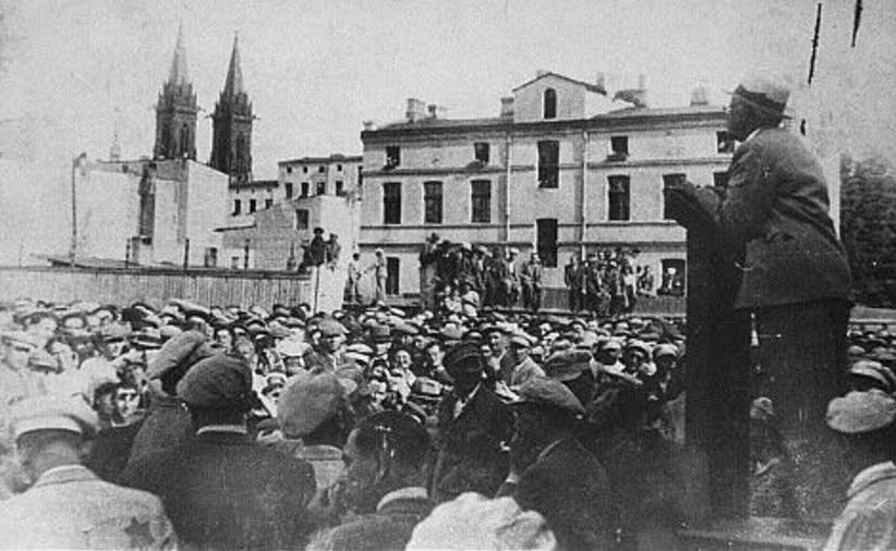 Przełożony Starszeństwa Żydów Chaim Rumkowski i szef cywilnej niemieckiej administracji getta Hans Biebow