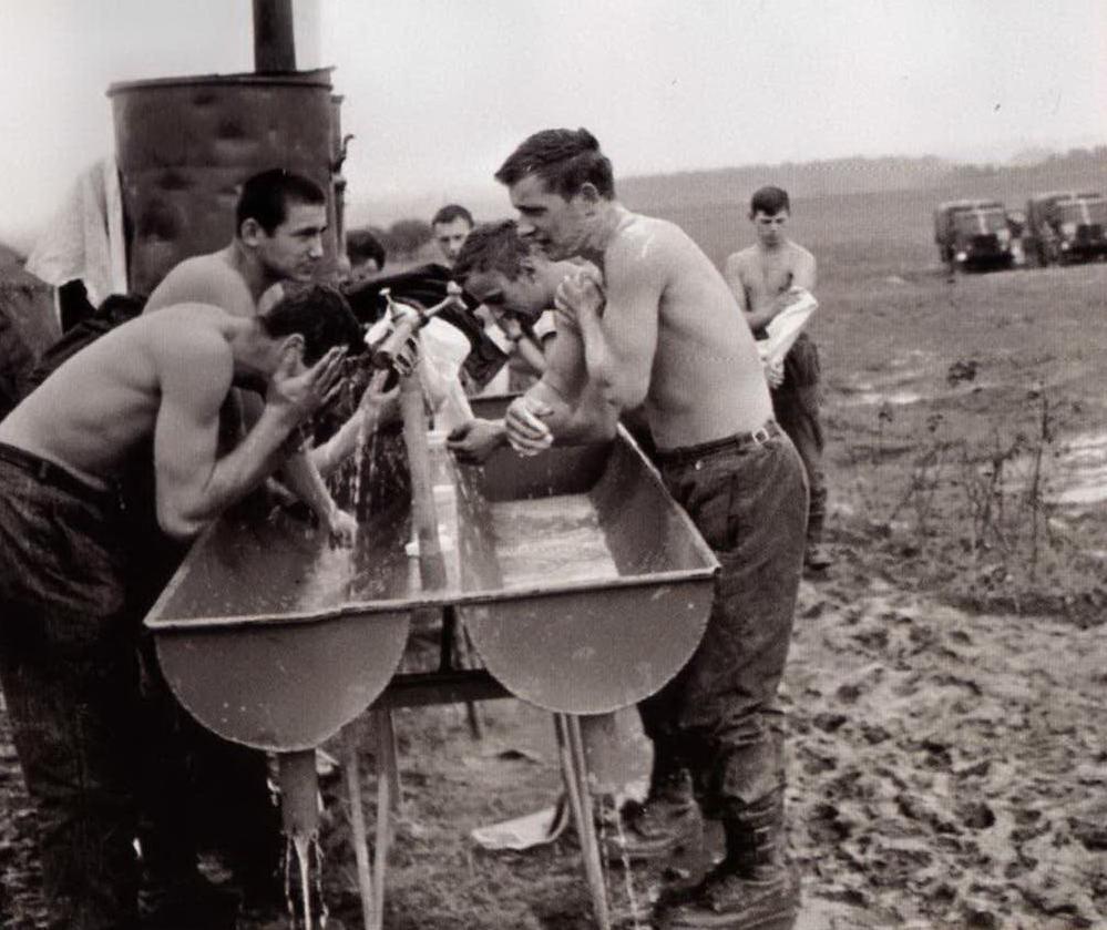 Na co dzień panowały warunki poligonowe... (Źródło: Rok 1968. Środek Peerelu, Warszawa 2008)