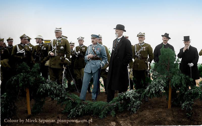 Marszałek Józef Piłsudski, Prezydent Stanisław Wojciechowski, gen. Stanisław Szeptycki, Premier Wincenty Witos, obserwują manewry wojskowe.