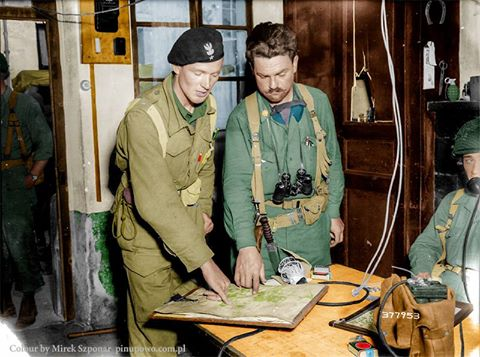 Porucznik Władysław Kłaptocz z 1 Polskiej Dywizji Pancernej gen. Maczka i amerykański oficer major Leonard C. Dull z 90 dywizji piechoty pokazują punkty na mapie, gdzie ich jednostki połączyły się 19 sierpnia zamykając pętlę wokół Bitwy pod Falaise, zatrzymując resztki niemieckiej 7. Armii. Chambois, 20 sierpień 1944
