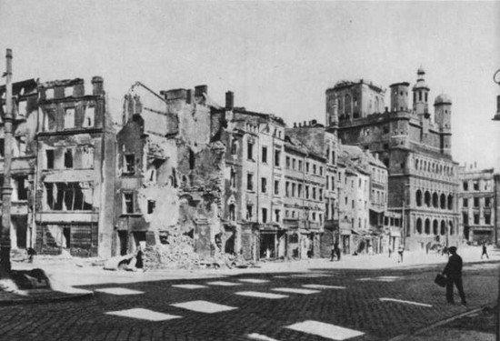 słońce i ruiny na Starym Rynku zdjęcie z książki H.Kondzieli, Stare miasto w Poznaniu