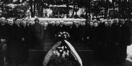 Tatarzy składający kwiaty na grobie w którym złożono serce Józefa Piłsudskiego i prochy jego matki na wileńskiej Rossie