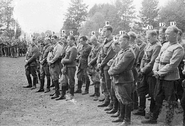 """Korpus oficerski Grupy """"Kampinos"""" podczas mszy polowej w Wierszach. Na zdjęciu widoczni m.in. mjr """"Okoń"""" oraz por. """"Dolina"""""""