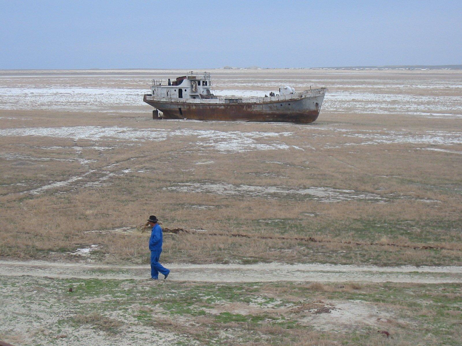 Na nowo powstałej pustyni można spotkać statki - nawet kilkadziesiąt kilometrów od dzisiejszego brzegu