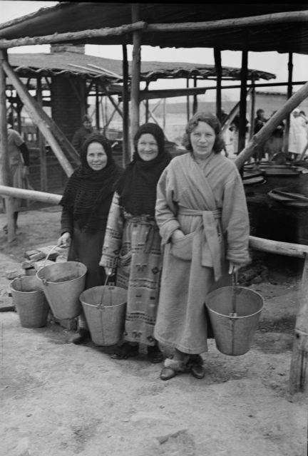kobiety nosiły podarowane przez Czerwony Krzyż szlafroki zamiast płaszczy