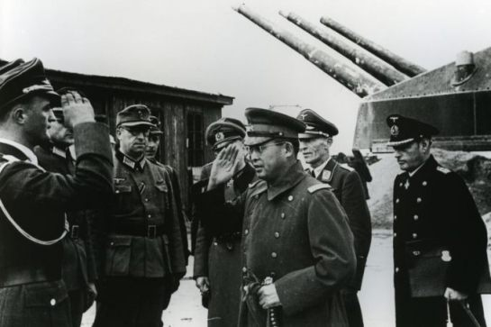 Japoński pułkownik, a potem generał Makoto Onodera (1897-1987), attache wojskowy w Sztokholmie. W swej placówce zatrudniał oficerów polskiego wywiadu, w tym mjr. Rybikowskiego. Na zdjęciu płk. Onodera w otoczeniu oficerów niemieckich.