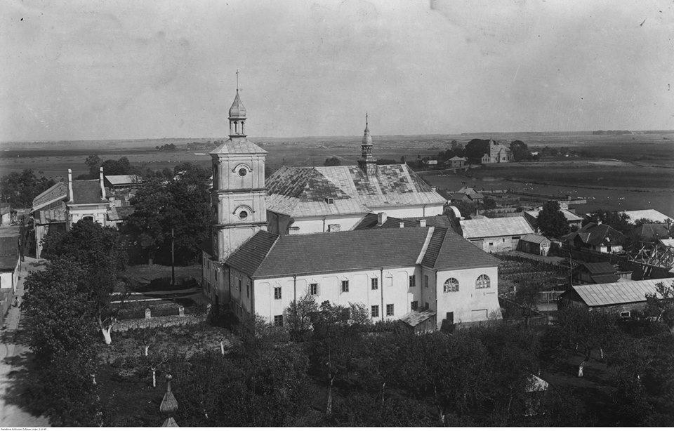 Bełz. Panorama miasta. Na pierwszym planie widoczny kościół i klasztor podominikański