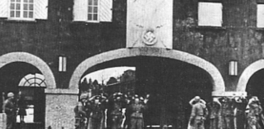 główna brama i poddający się ss-mani