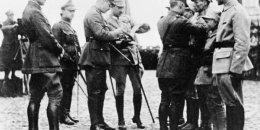 Brytyjski oficer odznacza za odwagę murmańczyków