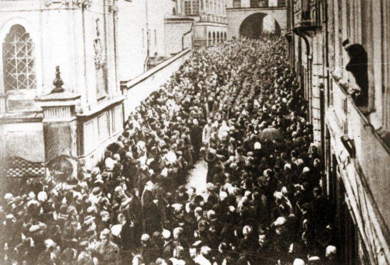 Józef Piłsudski przy Ostrej Bramie po zajęciu Wilna