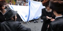 Żydzi palą flagę Izraela w walce z syjonizmem (wideo)
